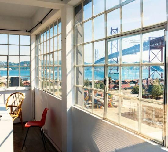 """Foto des Kölner Fotografen Peter Obenaus. Es heißt """"Lisbon Room"""" und zeigt einen Ausblick auf die Brücke."""